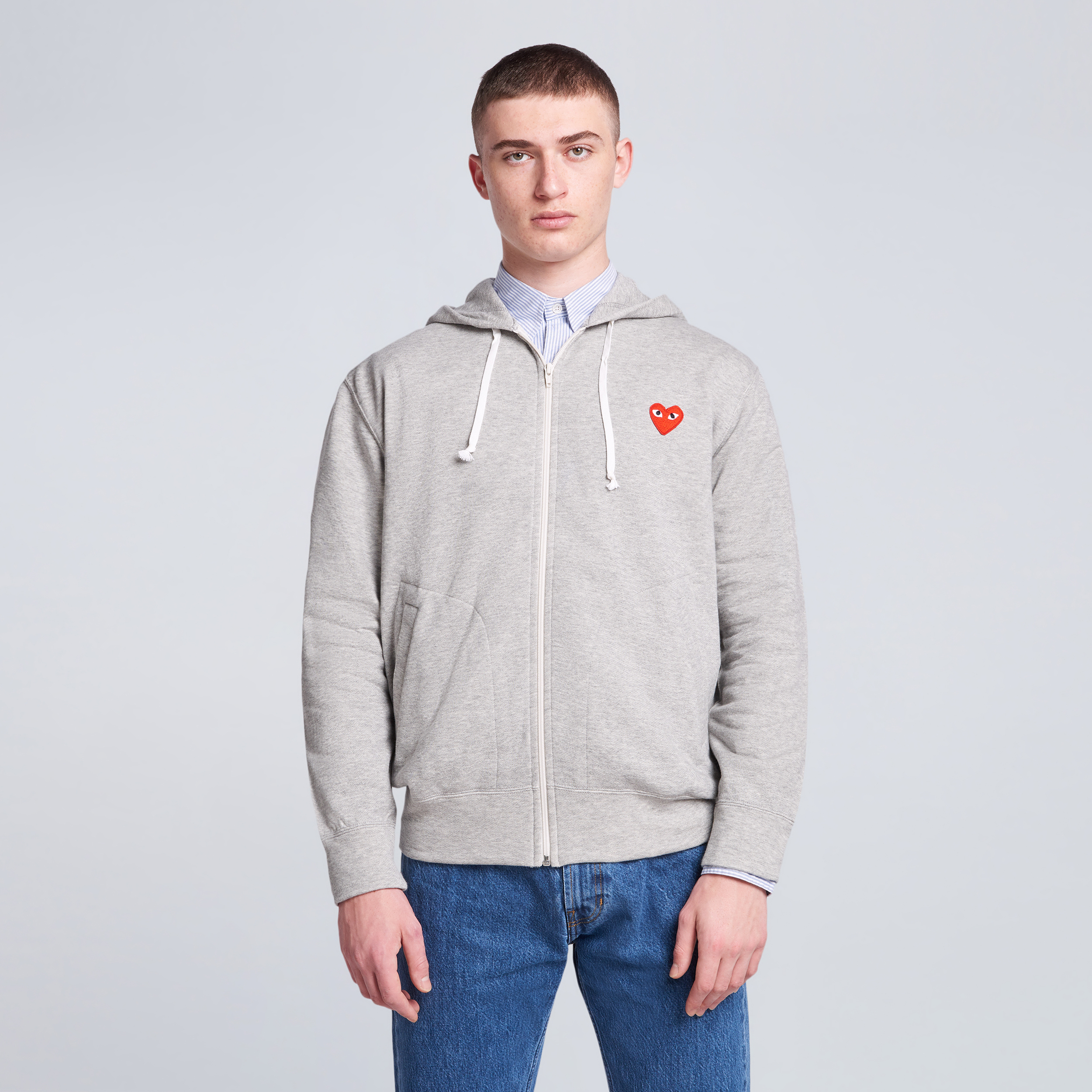 Sweatshirt gris capuche zipée coeurs rouges multiples